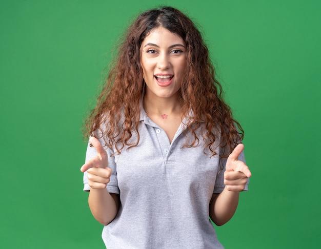 Impressionata giovane bella ragazza caucasica che ti fa un gesto