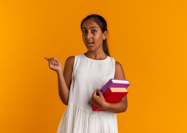 本とポイントを持っている感動の若い女子高生