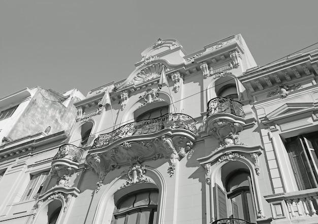 ブエノスアイレス、アルゼンチン、南アメリカの印象的なアールヌーボー様式の建物のモノクローム
