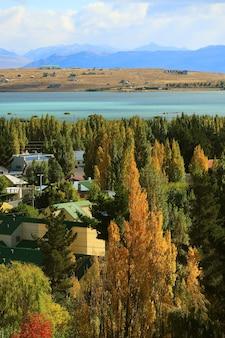 Впечатляющий осенний вид на город эль-калафате на берегу озера аргентино в патагонии.