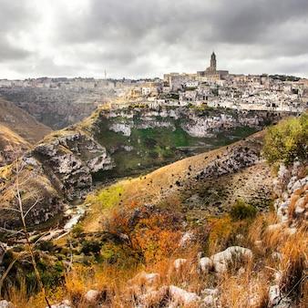 印象的なマテーラ、イタリア、バジリカータ州の古代の洞窟都市
