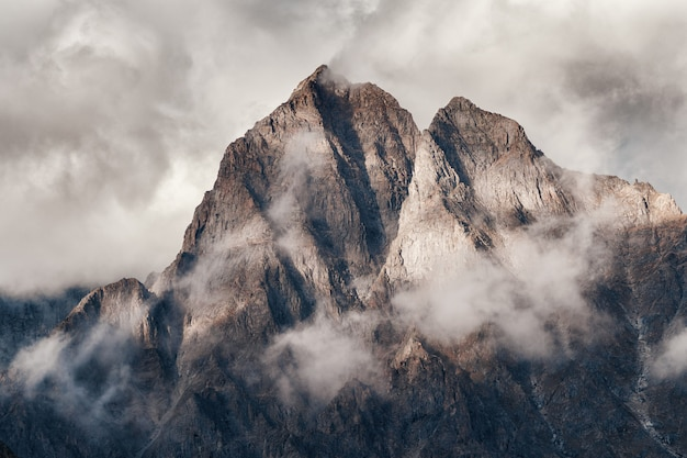 Впечатляющие горные вершины крупным планом