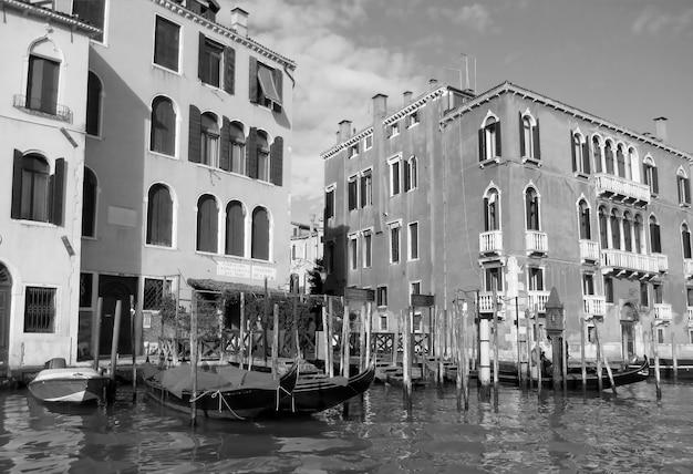 흑백으로 이탈리아 베니스의 대운하를 따라 인상적인 전통 건물
