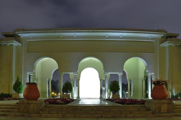 Впечатляющий вид на портал, сооружение внутри волшебного водного контура в лиме.