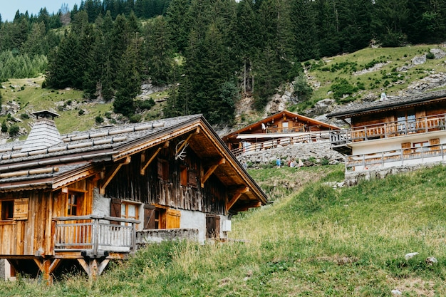 고산 마을의 인상적인 전망. 아름답고 화려한 장면. 인기있는 관광 명소. 위치 스위스 알프스, 뷰티 월드. 산에서 목조 주택