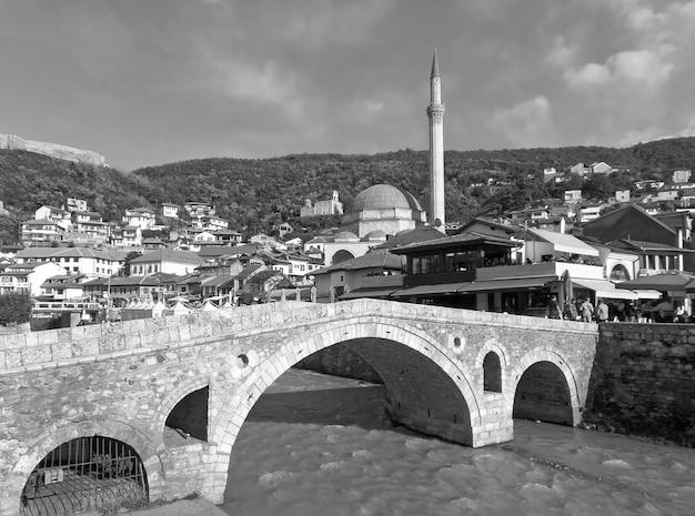 모스크와 교회가 있는 프리즈렌 구시가지의 인상적인 전망, 코소보 흑백