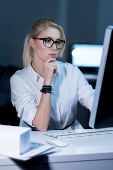 내 프로그래밍 기술을 향상시킵니다. 꽤 젊은 it 여성이 사무실에 앉아 프로젝트를 진행하는 동안 최신 장치를 사용하는 참여