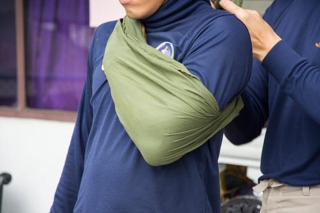 Импровизировать дислокацию плеча с помощью тканного треугольника