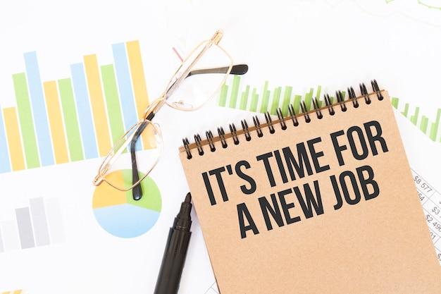 В цветной тетради для рукоделия рядом с карандашами, очками, графиками и диаграммами есть надпись «это время для новой работы».