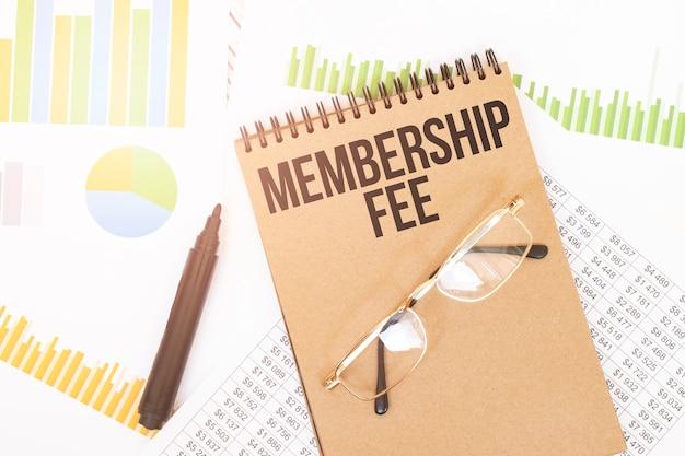 В цветной тетради для рукоделия рядом с карандашами, очками, графиками и диаграммами есть надпись membership fee.