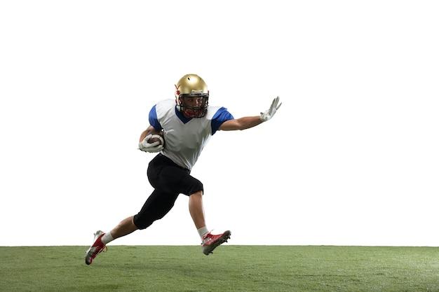 アクションでアメリカンフットボール選手はコピースペースで白いスタジオの背景に分離