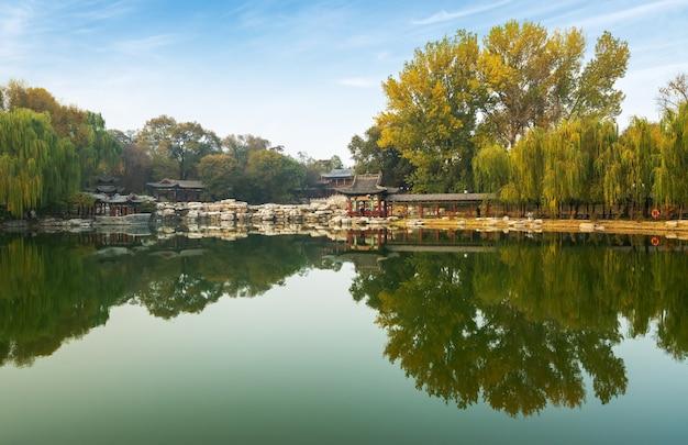 秋には、古代の建物のロフトとイチョウの木が中国山西省太原市の金城公園にあります