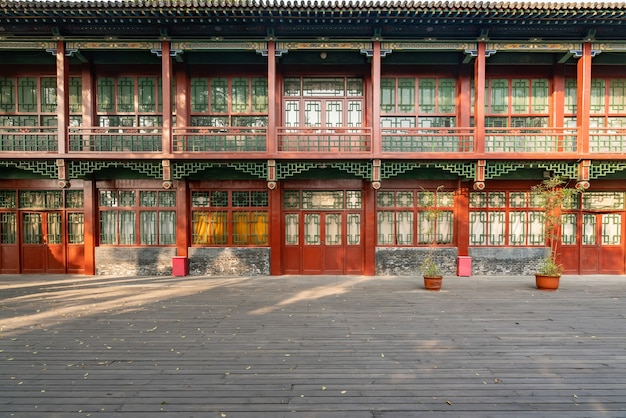 秋には古代の建物のロフトとイチョウの木がjincipark taiyuan shanxichinaにあります