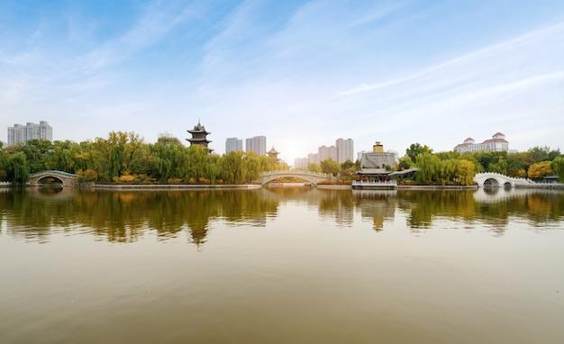 가을에는 고대 건물과 아치교가 타이 위안의 잉택 공원에 있습니다.