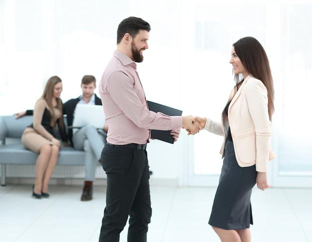 完全な成長で。会議場で握手するビジネスパートナー