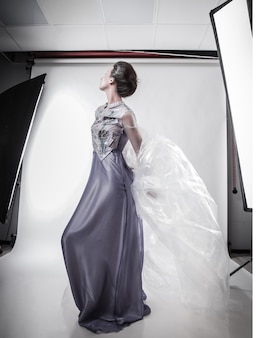 완전 성장 중. 세련 된 이브닝 드레스에 세련 된 여자입니다. 아름다움과 패션