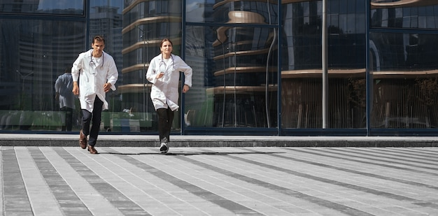 В полный рост. медицинские работники бегут на помощь. фото с копировальным пространством.