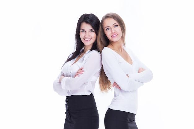 완전한 성장에. 함께 서 있는 두 젊은 비즈니스 여성. 흰색 배경에 고립