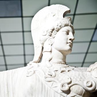 그리스 신화에서 아테나는 지혜, 용기, 영감, 힘, 전략, 여성 예술, 공예, 정의, 기술의 여신입니다.