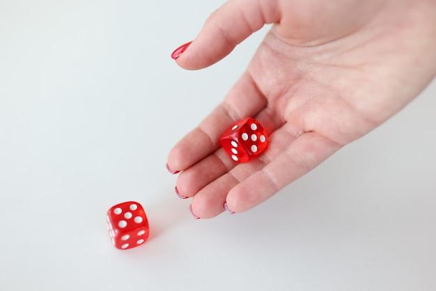 손에는 올바른 결정 개념을 만드는 숫자가있는 빨간색 큐브가 있습니다.