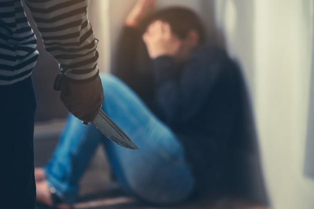 彼の住居では、危険な犯罪者がナイフを武器として使用しています。女性の犯罪は増加しています。