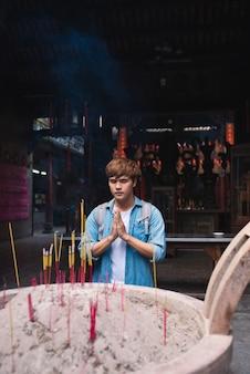 В хошимине, вьетнам, мост благовонит студентам академической удачи в храме тхиен хау, чолон, хошимин, вьетнам.