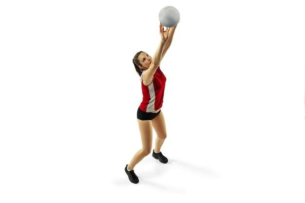 점프와 비행. 흰색 스튜디오 배경에 고립 된 젊은 여성 배구 선수. 운동복과 운동화 훈련, 재생에 여자. 스포츠, 건강한 라이프 스타일, 운동 및 운동의 개념.