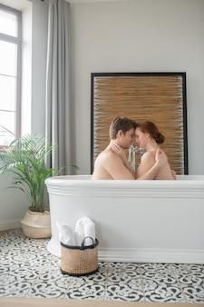 恋愛中。男と女が一緒にお風呂に入って、キスをして抱きしめます