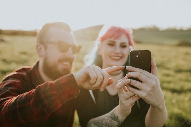 一緒に自分撮りをしている恋愛カップル