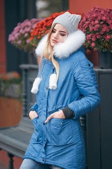 自然を愛し、ジャケットを着た女の子が秋の公園を散歩します。秋の季節の暖かい服。帽子をかぶった女性が秋を楽しんでいます。公園を散歩します。
