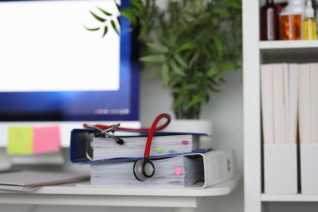診療所には、文書の健康診断と支援の概念に関する聴診器があります