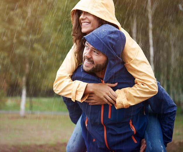 雨の中で私たちはとても幸せです