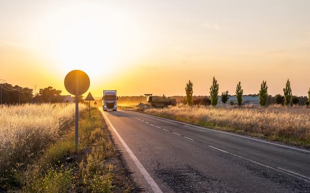 스페인에서는 농촌 도로를 농업 기계와 운송 차량이 사용합니다.