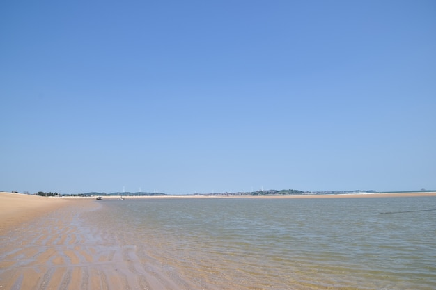 夏は空が青く海が澄んでいる
