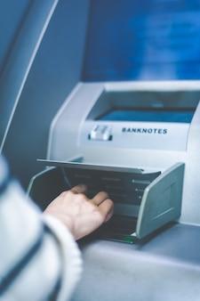 은행 atm 작업에서 비밀번호를 입력하십시오.