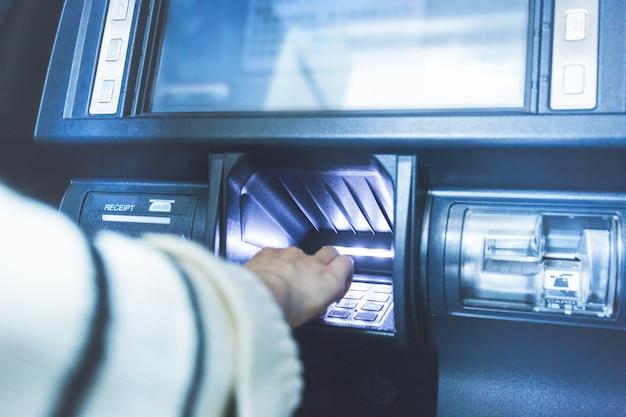 В операции банковского банкомата введите пароль