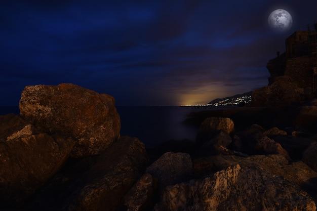 리구리아의 푸른 바다에서 놀라운 달빛