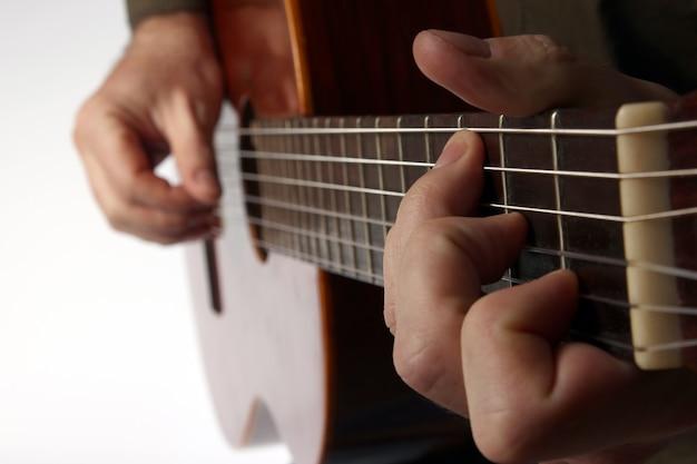 クラシックギターのクローズアップを演奏するコードで