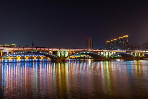 夜の街では、川の水に色とりどりの光が映ります