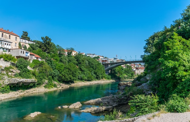 モスタルの街には、自動車用の近代的な橋があります。