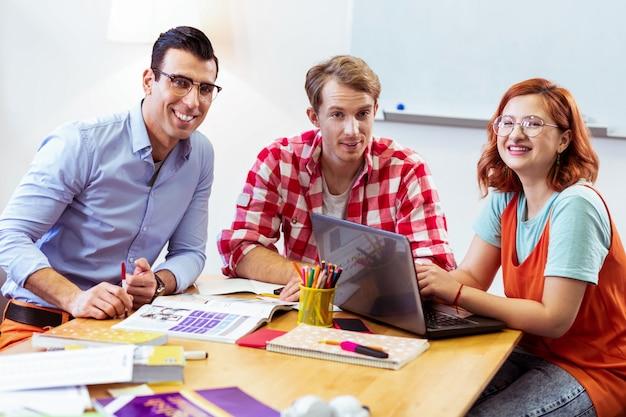 교실에서. 교실에있는 동안 테이블에 앉아 즐거운 긍정적 인 사람들