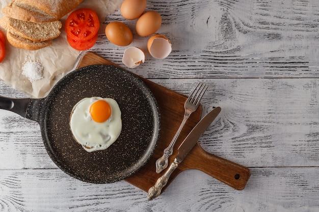 В процессе приготовления завтрака со свежими яйцами