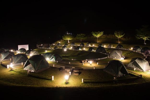 ワンナムキアオタイでの暗い夜のキャンプで