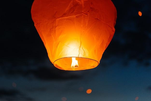 저녁에는 일몰시에 친척과 친구가있는 사람들이 전통 등불을 발사합니다. 전통과 여행.