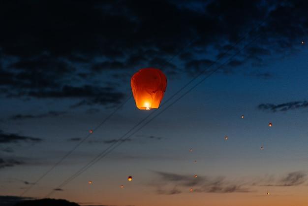 저녁에는해질 무렵에 친척, 친구와 함께 전통 등불을 쏘아 올립니다.