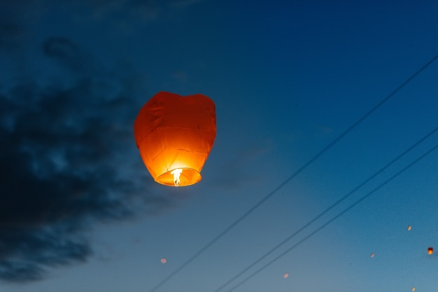 Вечером на закате люди с родственниками и друзьями запускают традиционные фонари.