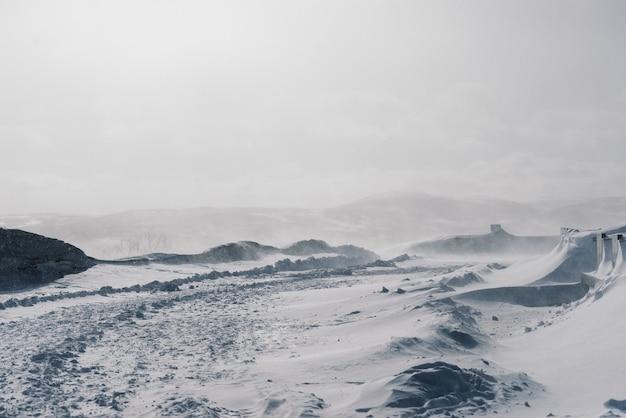 멀리 추운 북쪽에는 모든 것이 하얀 눈, 서리로 덮여 있습니다.