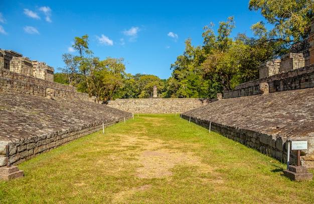 コパンルイナスの寺院での球技のフィールドで。ホンジュラス