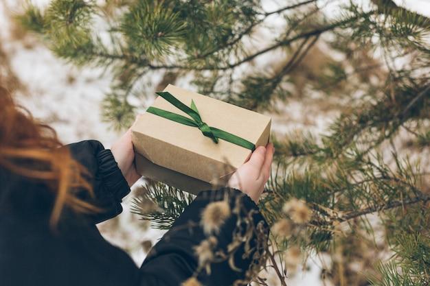 子供の手に、彼が木の下に置きたい新年の贈り物。