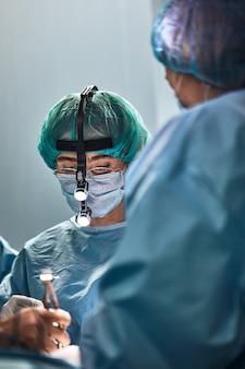 В операционной больницы. в современной операционной работает международная команда профессиональных хирургов и ассистентов.